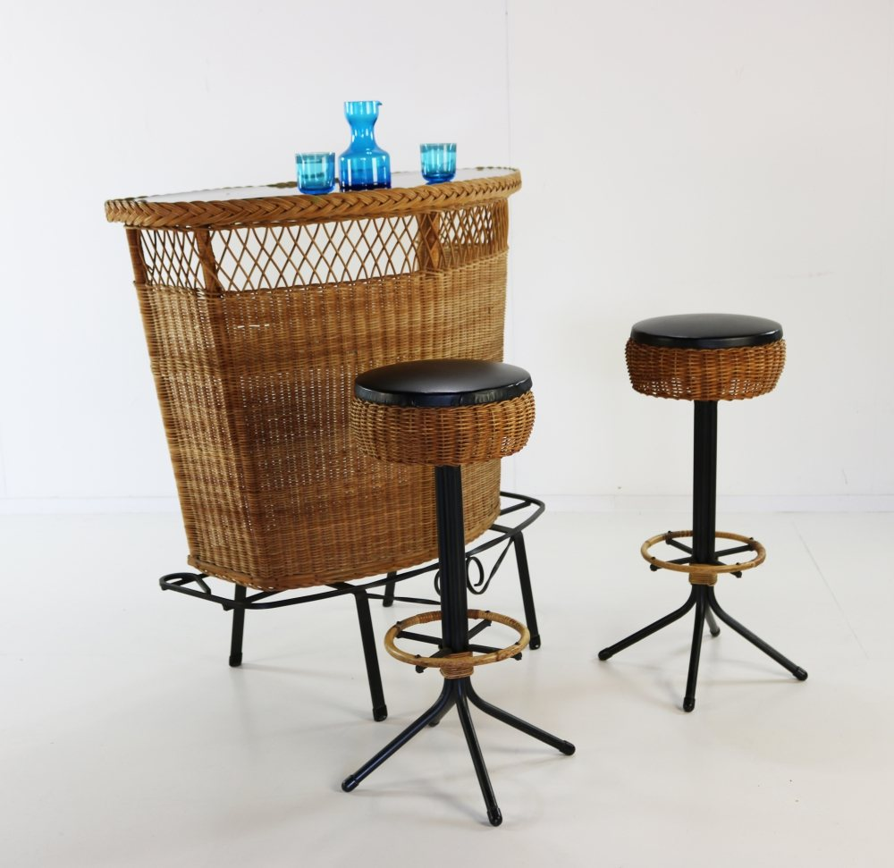 Excellent quality rattan bar with two bar stools