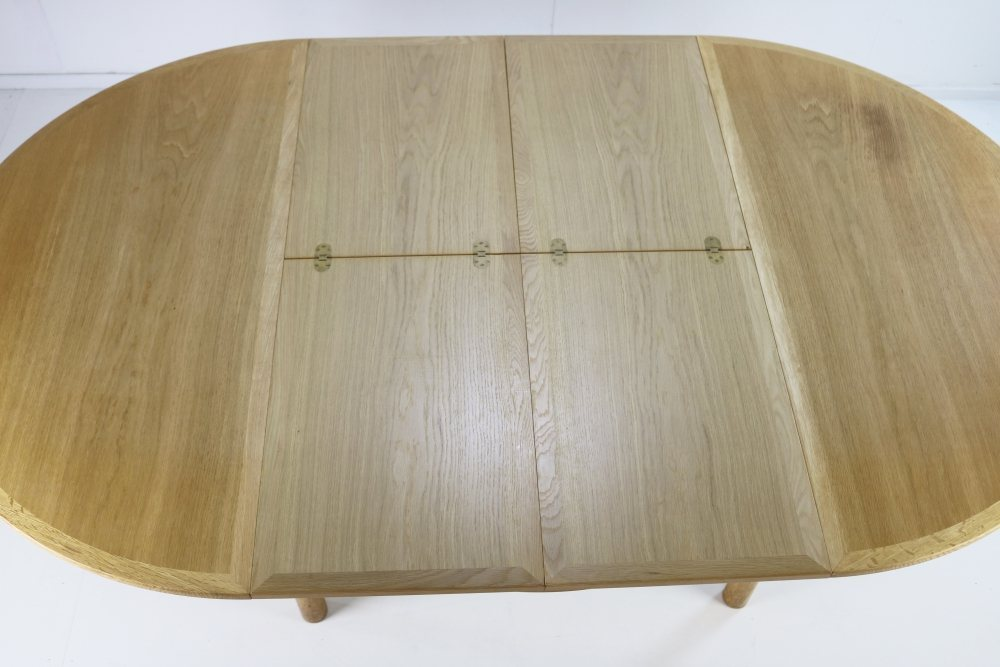 Scandinavian oakwood dining table by Børge Mogensen with nice details